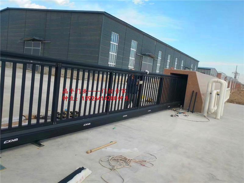 某工厂安装的悬浮大门
